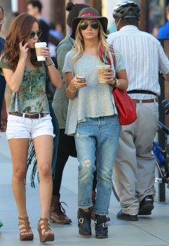 Эшли Тисдэйл, фото 7835. Ashley Tisdale goes out with some friends Santa Monica, march 3, foto 7835