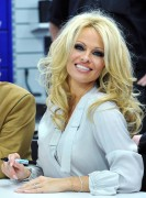Памела Андерсон, фото 4984. Pamela Anderson signs autographs at Lugner City in Vienna, Austria, March 5, foto 4984