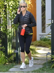 Риз Уизерспун, фото 4920. Reese Witherspoon - leaves a friend's house in Brentwood, March 7, foto 4920